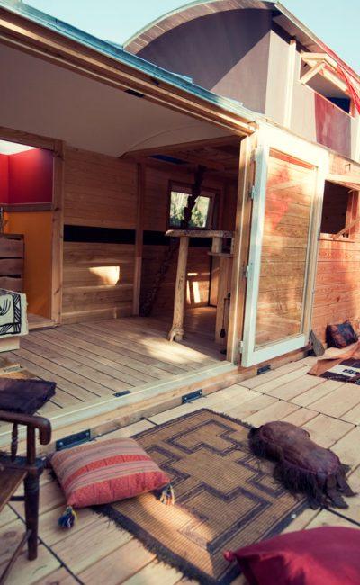 La Rouloft, une roulotte loft, grandes ouvertures sur l'extérieur.